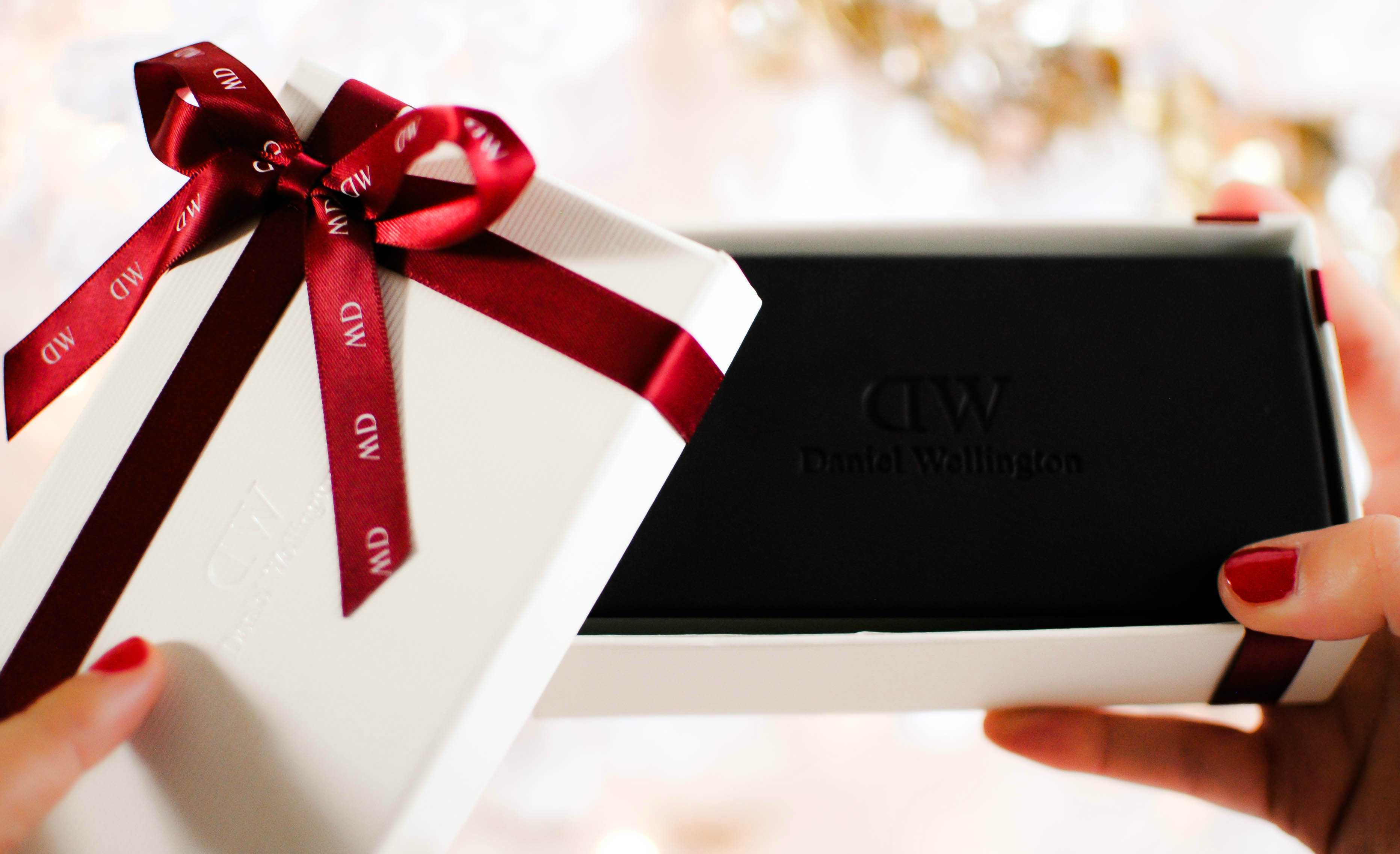dda8c2d9e90f Vanessa-Lambert-blogger-behind-What-Would-V-Wear-wears -the-perfect-holiday-gift-a-classic-black-Daniel-Wellington-watch-_2-1